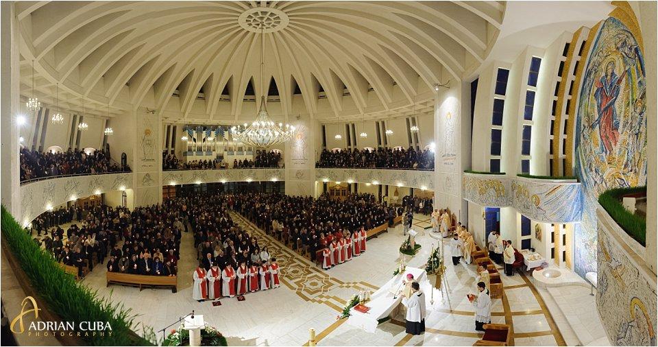 Slujba din noaptea Invierii celebrata de PS Petru Gherghel, in Catedrala romano-catolica din Iasi