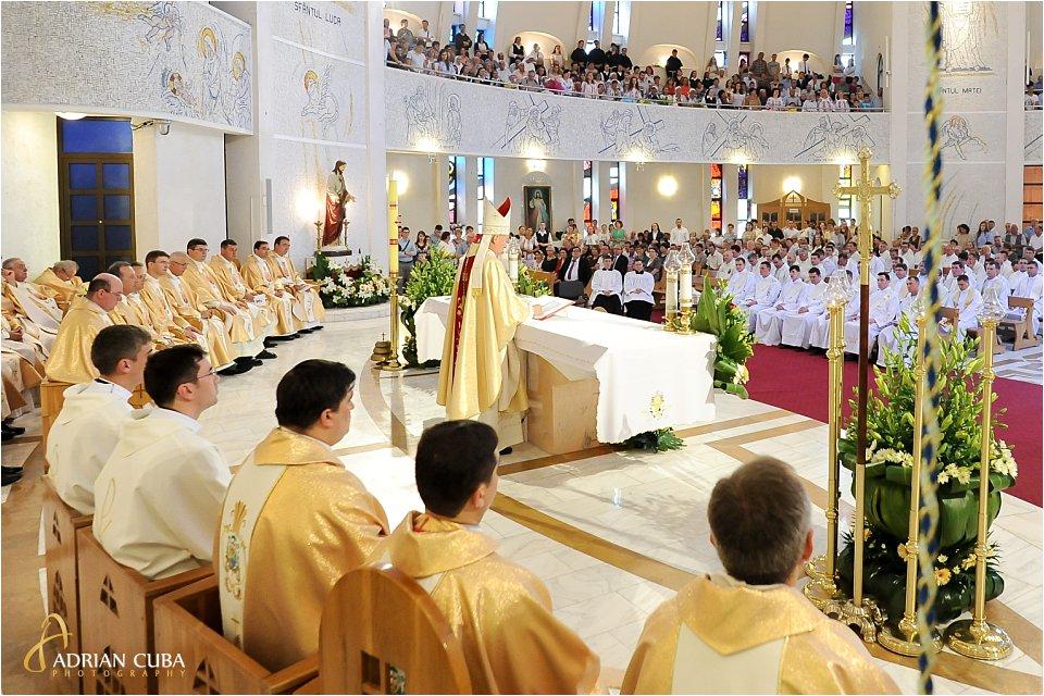 Episcopul Petru Gherghel celebreaza slujba de hirotonire a 13 preoti in catedrala catolica Iasi.