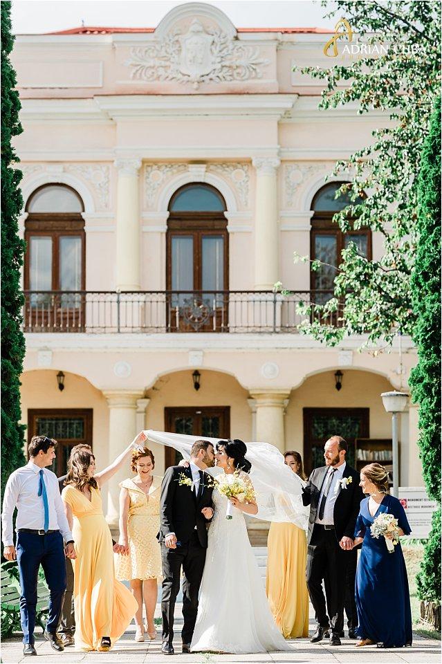 Cavalerii si domnisoarele de onoare participa la sedinta foto de nunta.