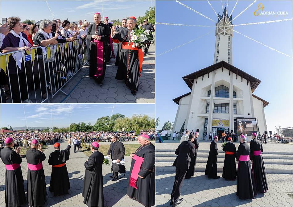 """Cardinalul Giovanni Angelo Becciu saluta credinciosii aflati la biserica ädormirea maicii domnului""""de la Nisiporesti."""