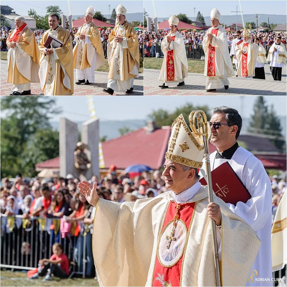 Cardinalul Giovanni Angelo Becciu, prefect al Congregaţiei pentru Cauzele Sfinţilor binecuvanteaza crestinii veniti la Nisiporesti, pentru beatificarea fericitei Veronica antal.