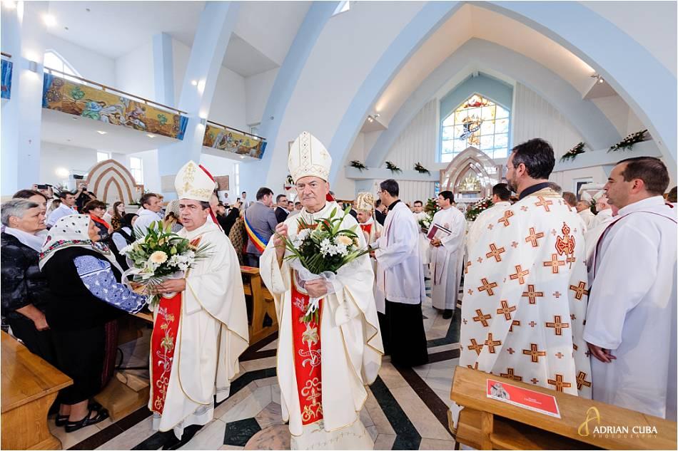 ÎPS Miguel Maury Buendía - nunţiu apostolic în România şi Republica Moldova si PS Petru Gherghel - episcop de Iaşi binecuvanteaza credinciosii la Nisiporesti.