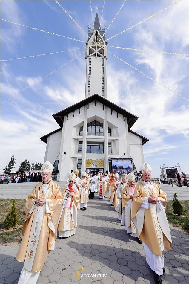 Episcopii catolici participa la slujba de beatificare a fericitei Veronica Antal, la biserica din Nisiporesti.