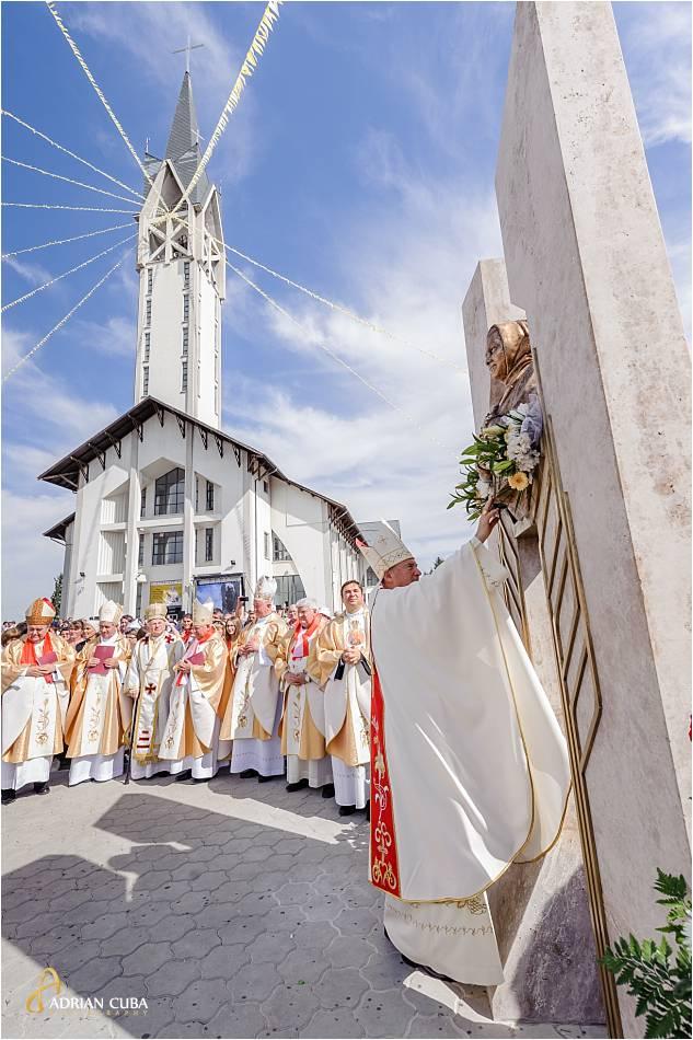 PS Petru Gherghel pune un buchet de flori la monumentul fericitei Veronica Antal, de la Nisiporesti.