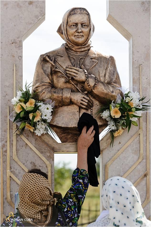 Crestini se inchina la monumentul reprezentand bustul fericitei Veronica Antal, la Nisiporesti.
