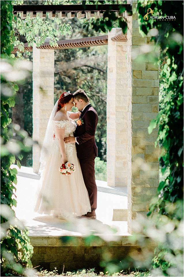 Mirii pozeaza la sesiunea foto de nunta la Iasi