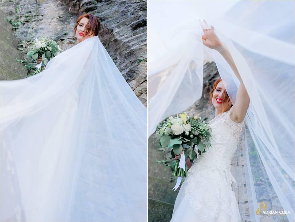 Mireasa se joaca cu voalul miresei la sedinta foto de nunta in Iasi.