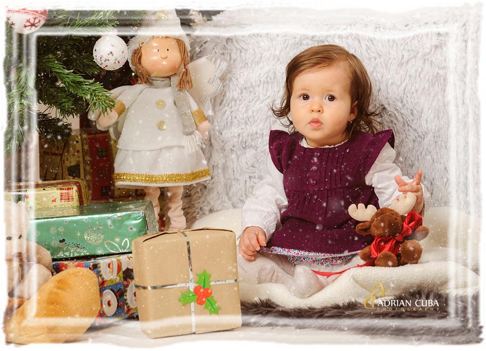 Fetita la sedinta foto copii de Craciun in studio foto Iasi Adrian Cuba.