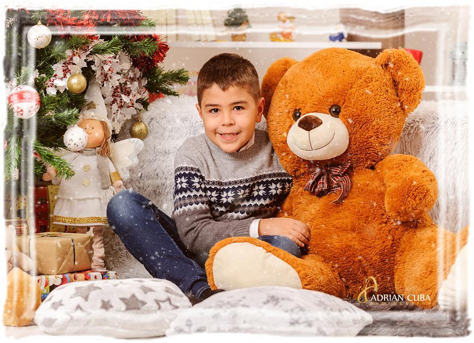 Baietel pozeza la sedinta foto de Craciun la studio foto Iasi.