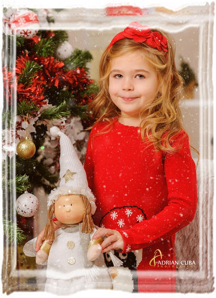 Fetita la sedinta foto copii de Craciun, in studio foto Iasi Adrian Cuba.