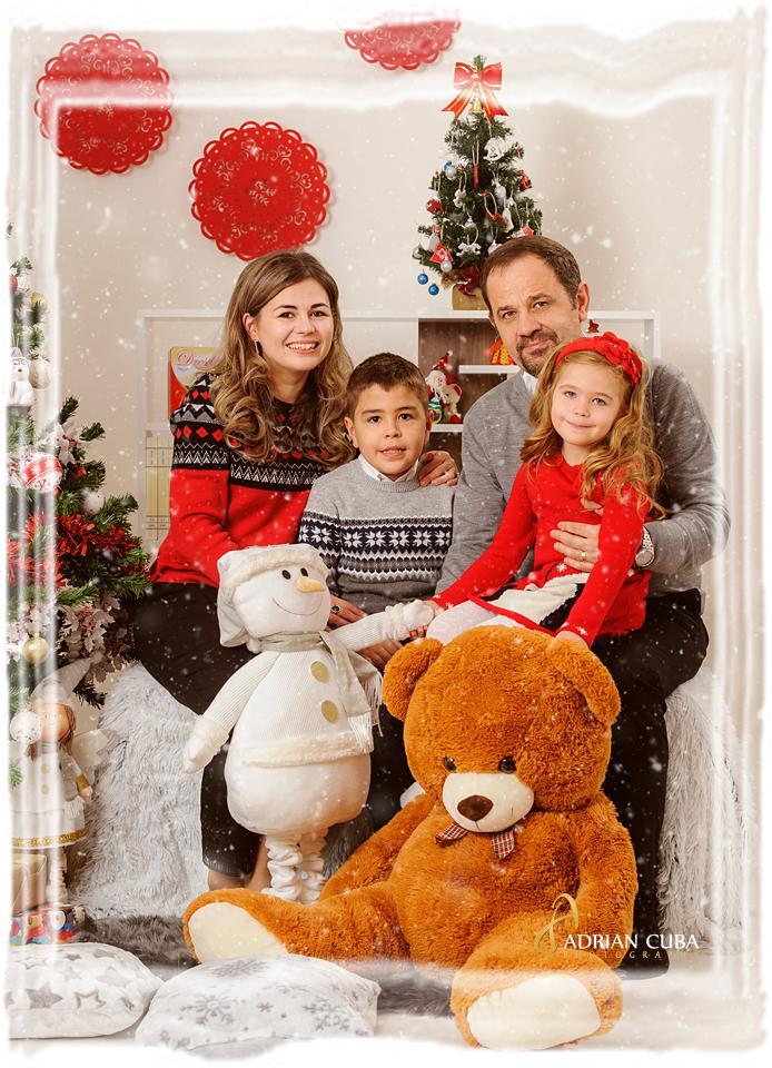 Parinti si copii pozeza la sedinta foto familie de Craciun, la studio foto Iasi Adrian Cuba.