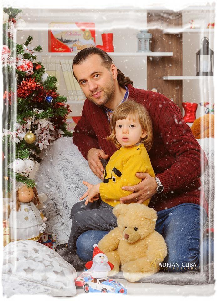 tata si fiu la sedinta foto copii Craciun la studio foto Iasi Adrian Cuba