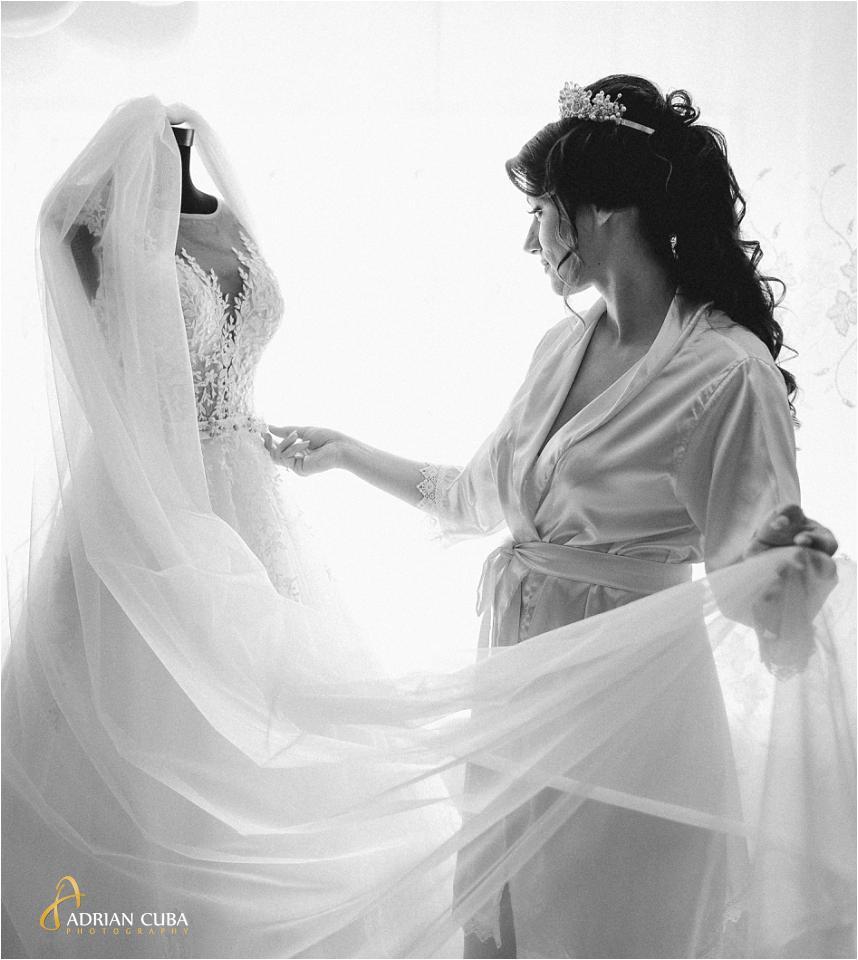 Fotograf nunta Iasi Vaslui, mireasa isi pregateste rochia in ziua nuntii.