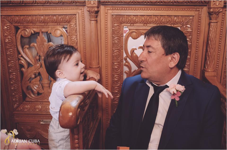 Bunic si nepot in biserica Vaslui.
