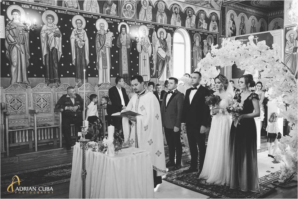 fotografie nunta barlad, mirii in biserica